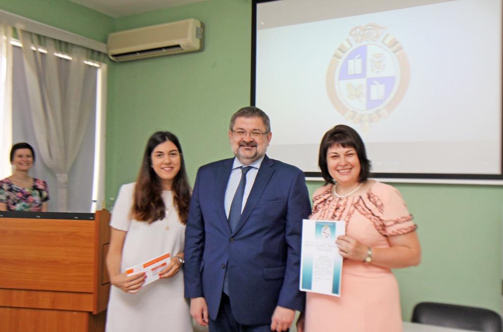 Дети сотрудников ВолГУ, окончившие школу, встретились с ректором Василием Таракановым